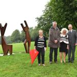 Birgit Ludwig-Weber (Vorsitzende des Kunstvereins Nümbrecht), Hilko Redenius (Bürgermeister der Gemeinde Nümbrecht), die Künstlerin Rosa Gilissen, Hartmut Schmidt (Sparkassen-Vorstandsvorsitzender)